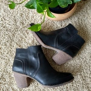 NWOT Clarks leather ankle boots